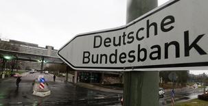 La Bundesbank a dégagé en 2016 son bénéfice le plus faible depuis plus de 10 ans, ayant dû constituer plus de réserves pour parer à d'éventuelles pertes sur les obligations qu'elle achète dans le cadre du programme d'assouplissement quantitatif de la Banque centrale européenne (BCE). /Photo d'archives/REUTERS/Kai Pfaffenbach
