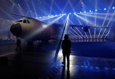 Un avion de transport militaire A400M. Airbus a demandé une réunion ministérielle européenne pour évoquer les derniers déboires de l'A400M, affirmant que sa propre viabilité était en jeu en raison des pertes accumulées par ce programme, le plus important en cours dans le secteur européen de la défense. /Photo prise le 1er décembre 2016/REUTERS/Marcelo del Pozo