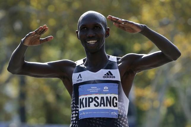 2月24日、男子マラソンの前世界記録保持者、ウィルソン・キプサングは26日に行われる東京マラソンで世界新記録を狙うと述べた。ニューヨークのマンハッタンで2014年11月撮影(2017年 ロイター/Mike Segar)