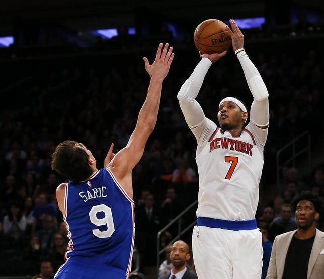 2月25日、NBAのニックスはセブンティシクサーズに110─109で競り勝った。カーメロ・アンソニー(右)が終了寸前に逆転のジャンプシュートを決めた(2017年 ロイター/Noah K. Murray-USA TODAY Sports)