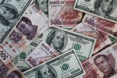 Pesos mexicanos y dólares entremezclados en una ilustración fotográfica, nov 3, 2016. El peso mexicano ganaba el lunes en línea con los precios del petróleo, extendiendo un avance registrado la semana pasada tras el anuncio de la Comisión de Cambios local para ofrecer a partir de marzo coberturas cambiarias liquidables en moneda local.