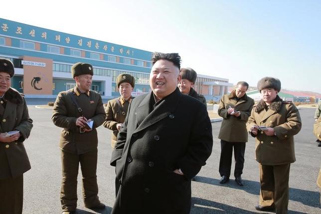 2月27日、日本、米国、韓国は、北朝鮮の核問題を巡る6カ国協議の首席代表会合をワシントンで開き、同国の核・ミサイル開発の資金源をさらに制限する措置について話し合った。写真中央は北朝鮮の金正恩朝鮮労働党委員長。21日北朝鮮三泉郡で撮影。KCNA提供写真(2017年 ロイター)