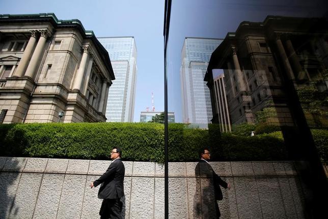 2月28日、日銀の桑原茂裕理事は、本店で開かれている第3回フィンテック・フォーラムであいさつし、金融分野における分散型台帳技術(DLT)の本格活用には信頼される仕組みづくりがカギになると述べ、ハッキング対策などの重要性を指摘した。写真は日銀本店。2013年5月撮影(2017年 ロイター/Yuya Shino)