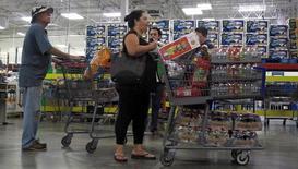 Le ralentissement de la croissance des Etats-Unis s'est confirmé au quatrième trimestre, une consommation des ménages dynamiques ayant été contrebalancée par une révision à la baisse des investissements des entreprises et de l'Etat. /Photo d'archives/REUTERS/Henry Romero