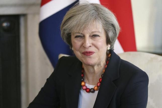 2月28日、メイ英首相が、イースター(復活祭)までの四旬節の期間中はポテトチップスを断つことが明らかになった。首相報道官が記者団に述べた。写真は17日代表撮影(2017年 ロイター/Tim Ireland)