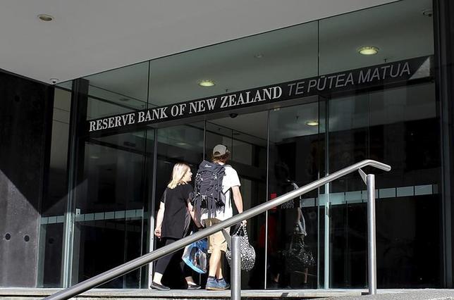 3月2日、ニュージーランド準備銀行(RBNZ、中央銀行)のウィーラー総裁は、トランプ米大統領の保護主義的政策が不透明感の大きな要因になっているとの認識を示した。写真はRBNZの入り口。ウェリントンで昨年3月撮影(2017年 ロイター/Rebecca Howard)