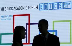 Участники Академического форума БРИКС в Москве 22 мая 2015 года. Новый банк развития (НБР), созданный развивающимися странами блока БРИКС, выделит от $2,5 до $3 миллиардов кредитов в текущем году, сказал глава банка Кундапур Ваман Камат государственной китайской газете China Daily, что почти вдвое превышает сумму займов, выданных в прошлом году. REUTERS/Sergei Karpukhin