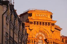 """Вид на здание с вывеской """"Банк"""" в центре Москвы 21 ноября 2016 года. Игорь Ким, владелец Экспобанка из топ-100 банков РФ, сообщил о планах продолжать экспансию в Европе, а также закрывать 1-2 сделки по поглощению в России ежегодно.  REUTERS/Maxim Shemetov"""