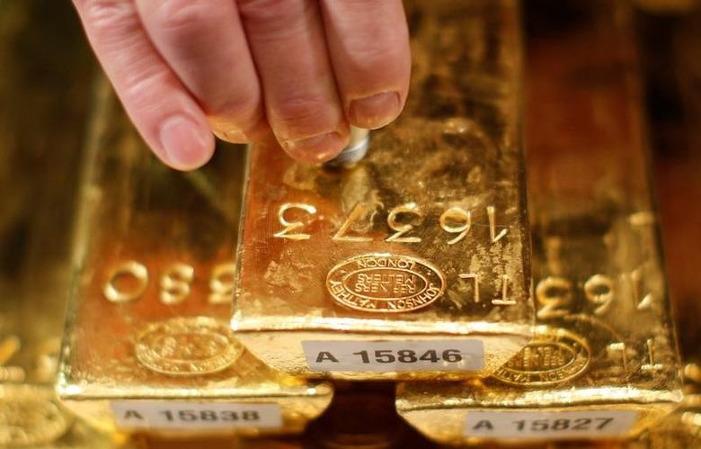 FILE PHOTO: An employee of Deutsche Bundesbank tests a gold bar with an ultrasonic appliance during a news conference in Frankfurt January 16, 2013.  REUTERS/Lisi Niesner/File Photo