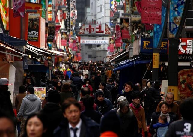 3月3日、総務省が発表した1月の全国消費者物価指数は、政府・日銀が指標として重視する生鮮食品を除いた指数(コアCPI)が前年比0.1%上昇し、1年1カ月ぶりのプラスとなった。都内で1月撮影(2017年 ロイター/Kim Kyung-Hoon)