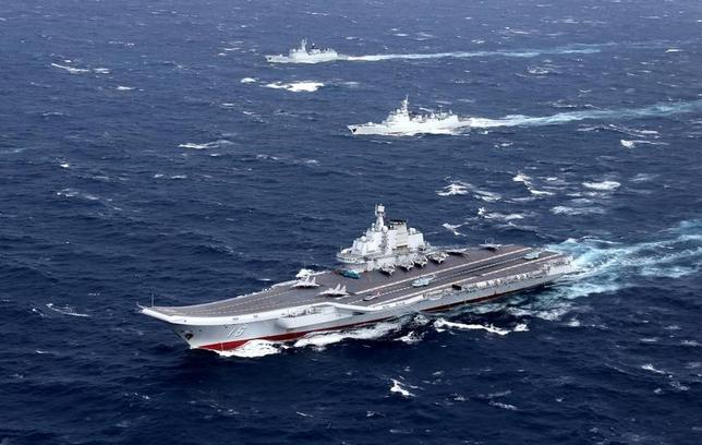 3月1日、アジアにおける米国のアプローチが常に、中国の裏庭で空母を航行させることに重点を置いている一方、中国は仮想敵国に対して戦略的バランスを崩すためにできることを何でもやっている。写真手前は中国初の空母「遼寧」。南シナ海で昨年12月撮影。提供写真(2017年 ロイター/China Stringer Network)