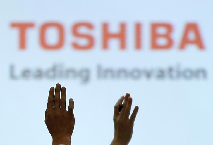 Reporters raise their hands for a question during a news conference by Toshiba Corp CEO Satoshi Tsunakawa and other senior sompany officials at the company's headquarters in Tokyo, Japan February 14, 2017. REUTERS/Toru Hanai/File Photo