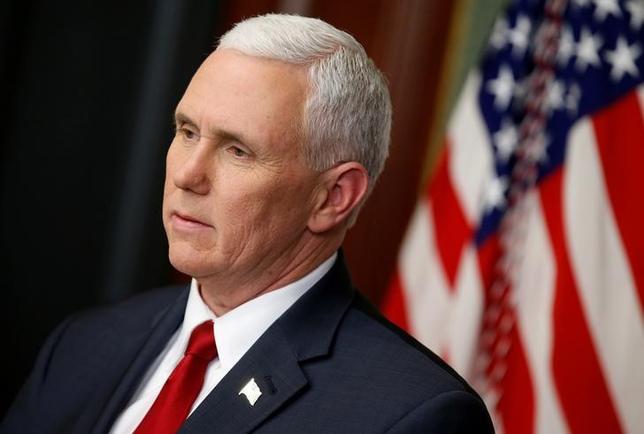 3月2日、ペンス米副大統領は、インディアナ州知事時代に公務で私用メールアドレスを使い、情報を送受信していた。副大統領の事務所が声明で明らかにした。写真は1日ワシントンで撮影(2017年 ロイター/Joshua Roberts)