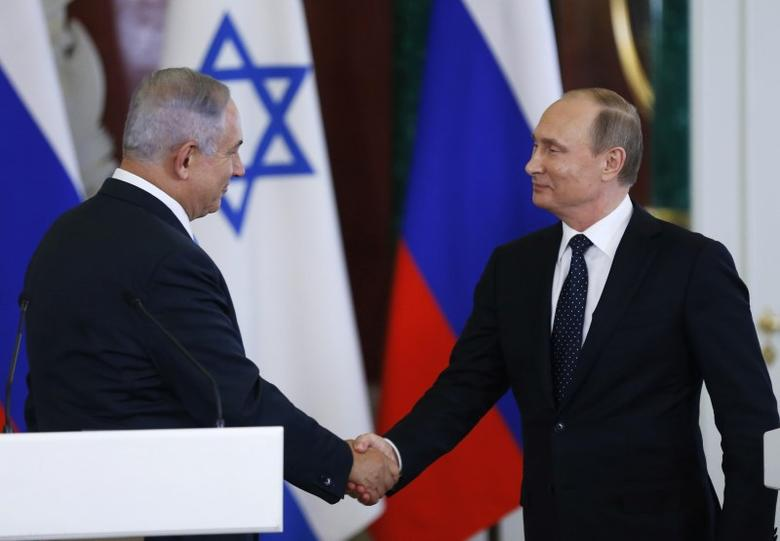 Russian President Vladimir Putin (R) shakes hands with Israeli Prime Minister Benjamin Netanyahu during a news conference at the Kremlin in Moscow, Russia June 7, 2016. REUTERS/Maxim Shipenkov/Pool