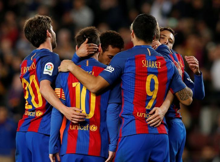 Football Soccer - Barcelona v Celta Vigo - Spanish La Liga Santander - Camp Nou stadium, Barcelona, Spain - 4/03/2017. Barcelona's players celebrate a goal. REUTERS/Albert Gea