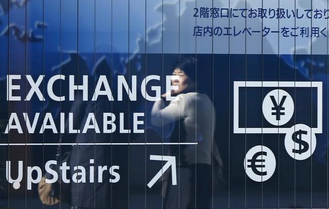 3月7日、正午のドル/円は、ニューヨーク午後5時時点に比べ若干ドル高/円安の113.96/98円。写真は都内で2014年11月撮影(2017年 ロイター/Issei Kato)