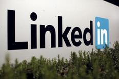 LinkedIn a annoncé mardi n'être pas parvenu à un accord avec les autorités russes qui ont bloqué le réseau social professionnel, lui reprochant de ne pas se conformer à la législation locale en matière de stockage de données. /Photo d'archives/REUTERS/Robert Galbraith