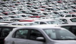 Vehículos nuevos en la planta de Volkswagen en Taubaté, Brasil, mar 30, 2015. La producción de automóviles en Brasil creció con fuerza en febrero, informó Anfavea, impulsada por un alza de las exportaciones y por expectativas de una recuperación de las ventas tras una brutal desaceleración de cuatro años en el que fue el cuarto más grande mercado automotor del mundo   REUTERS/Roosevelt Cassio