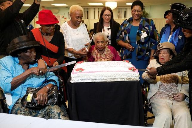 3月6日、米ニューヨークのブルックリンにある高齢者施設で3人の女性が100歳を超えたことを祝い、50人を超える友人や家族らが集まって長寿祝賀会が行われた(2017年 ロイター/Mike Segar )