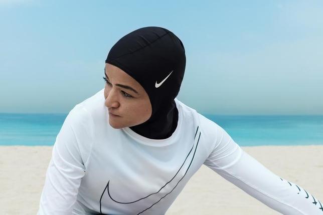 3月8日、米スポーツ用品大手ナイキは、イスラム教徒の女性アスリート向けにスポーツ用のヒジャブ「プロ・ヒジャブ」を来年初めに発売すると発表した。写真はナイキ提供(2017年 ロイター)