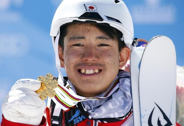 3月9日、フリースタイルスキーの世界選手権がスペインのシエラネバダで行われ、デュアルモーグルで19歳の堀島行真が金メダルを獲得し、前日のモーグルと合わせて男子史上初の2種目制覇を果たした(2017年 ロイター/Paul Hanna)