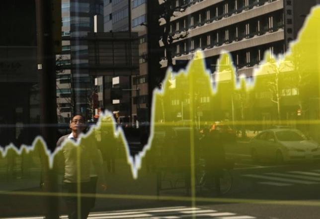 3月10日、東京株式市場で日経平均は、大幅続伸。1月4日に付けた終値ベースでの昨年来高値を更新し、2015年12月7日以来、約1年3カ月ぶりの高値水準で引けた。写真は都内証券会社の株価ボード。2015年3月撮影(2017年 ロイター/Yuya Shino)