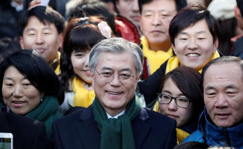FILE PHOTO: Moon Jae-in (C), former human rights lawyer and presidential candidate of the main opposition Democratic United Party, attends a campaign encouraging people to vote, in Seoul, South Korea December 19, 2012. REUTERS/Kim Hong-Ji/File Photo     TPX IMAGES OF THE DAY
