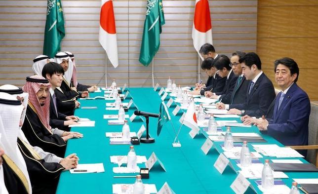 3月13日、安倍晋三首相とサウジアラビアのサルマン国王は首脳会談で、両国の経済連携を強化する方針で一致した。代表撮影(2017年 ロイター)