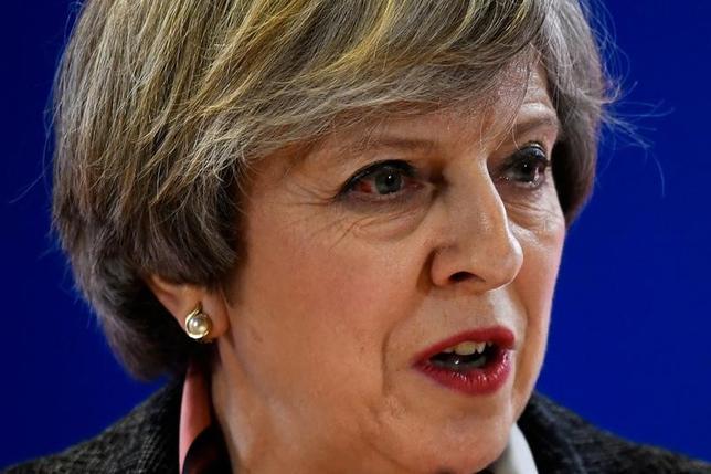 3月13日、英国議会上院は、欧州連合(EU)離脱手続き開始に向けたリスボン条約第50条を発動する権限をメイ首相に与える法案を、賛成多数で可決した。これで最終承認となる。写真はベルギー・ブリュッセルで開かれたEUサミットで、記者会見に応じるメイ英首相(2017年 ロイター/Dylan Martinez)