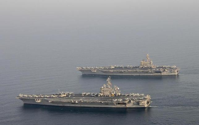3月14日、北朝鮮は、米韓の合同演習に米海軍の原子力空母カール・ビンソンが投入されることについて、北朝鮮の主権や威厳が侵されれば、「容赦なく」攻撃すると表明した。写真下段はール・ビンソン。2014年10月アラビア湾岸沖で撮影。米海軍提供写真(2017年 ロイター)