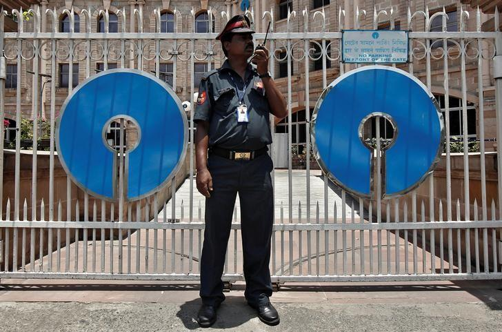 A security personnel stands guard in front of the gate of the State Bank of India (SBI) regional office in Kolkata May 23, 2014.  REUTERS/Rupak de Chowdhuri/File Photo
