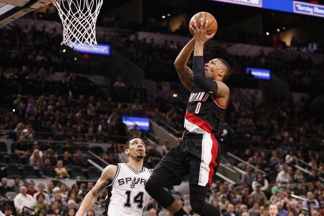 3月15日、NBAのトレイルブレーザーズはスパーズに110─106で勝利を収めた。デイミアン・リラード(右)が36得点と活躍した(2017年 ロイター/Soobum Im-USA TODAY Sports)