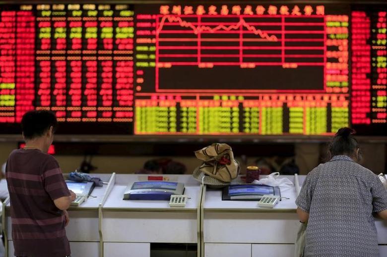 2015年9月,上海一家券商营业部,股民们查看股票信息的资料图片。REUTERS/Aly Song