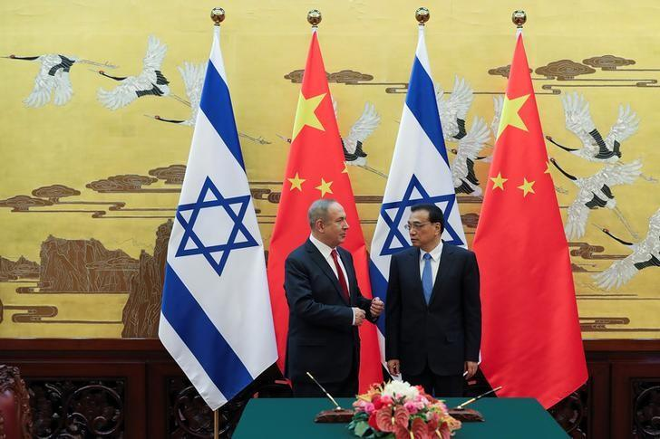 Chinese Premier Li Keqiang (R) with Israel Prime Minister Benjamin Netanyahu (L) attend a signing ceremony at the Great Hall of the People in Beijing, China March 20, 2017.  REUTERS/Lintao Zhang/Pool