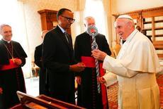 بابا الفاتيكان فرنسيس (الى اليمين) يتحدث مع رئيس رواندا بول كاجامي في الفاتيكان يوم الاثنين. تصوير: توني جنتايل - رويترز.