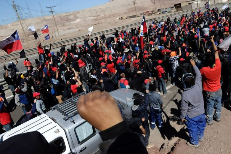 Workers from BHP Billiton's Escondida, the world's biggest copper mine, demonstrate during a strike, in Antofagasta, Chile March 1, 2017. REUTERS/Juan Ricardo