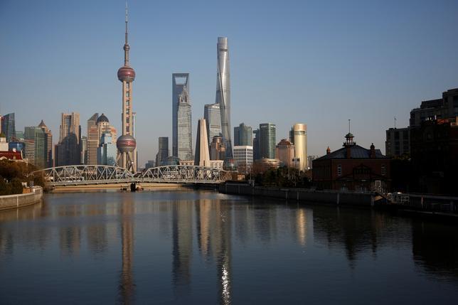 3月21日、経済協力開発機構(OECD)は中国経済に関する報告書で、今年の経済成長率が6.5%に、18年は6.3%に鈍化すると予想し、企業債務の増加に警告を発した。写真は上海の金融街。14日撮影(2017年 ロイター/ALY SONG)