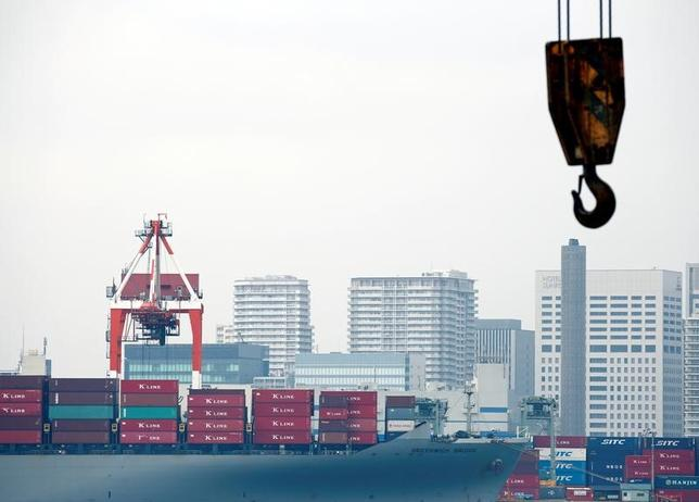 3月22日、財務省が発表した2月の貿易統計(速報、通関ベース)によると、輸出から輸入を差し引いた貿易収支は8134億円の黒字だった。黒字は2カ月ぶり。写真は東京湾、2016年8月撮影(2017年 ロイター/Kim Kyung-Hoon)
