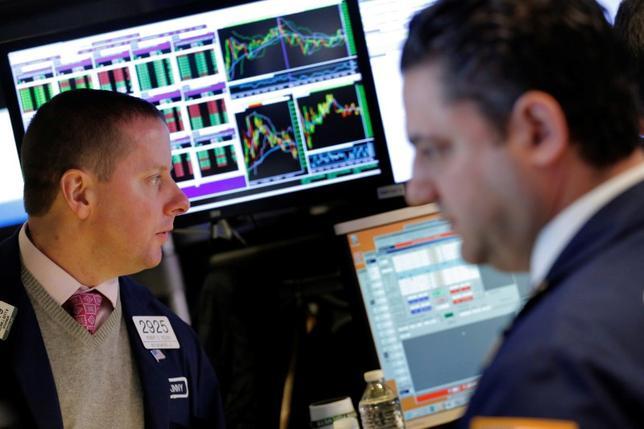 3月22日、前日の米国株式市場は、市場が期待する規制緩和や減税をトランプ大統領が公約通り実現できないのではないかとの懸念が広がり、金融株を中心に急落した。これを受け、22日の東京株式市場でも、1ドル111円台まで円高が進行するなか、日経平均の終値は2月9日以来、約1カ月半ぶりの安値水準となった。21日にNYSEで撮影(2017年 ロイター/Lucas Jackson)