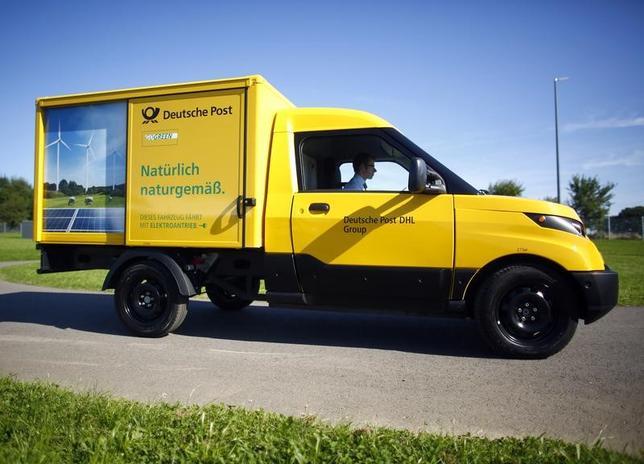 3月22日、郵便・物流大手ドイツポスト傘下のDHLは、米アマゾン・ドット・コムの生鮮食品配送サービス「アマゾンフレッシュ」のドイツでの商品配達業務で提携する。写真はドイツポストDHLの電気配送車。昨年8月ドイツ・アーヘンで行われた記者会見で撮影(2017年 ロイター/Thilo Schmuelgen)