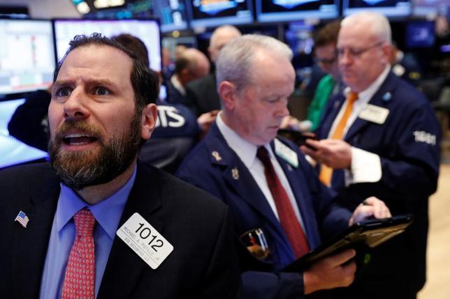 3月23日、米国株は今週、トランプ米大統領の医療改革などの実施が遅れるとの見方から、数カ月ぶりの大幅な下落に見舞われる場面があったが、オプショントレーダーはここ数年、ヘッジを掛けては無駄に終わる経験を繰り返して「ヘッジ疲れ」しており、今回は状況を静観している。NY証券取引所で22日撮影(2017年 ロイター/Lucas Jackson)