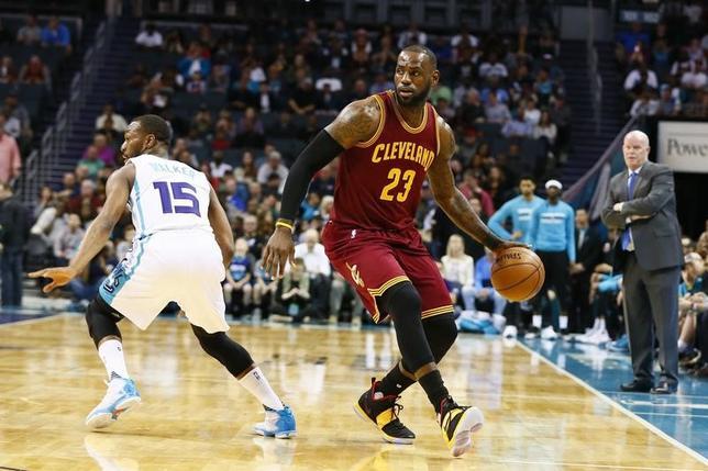 3月24日、NBAのキャバリアーズはホーネッツを112─105で退けた。レブロン・ジェームズ(右)が32得点、9リバウンド、11アシストをマーク(2017年 ロイター/Jeremy Brevard-USA TODAY Sports)