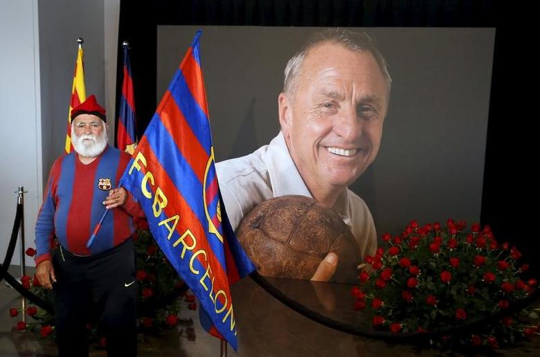 An FC Barcelona supporter poses during a memorial event for Dutch soccer player Johan Cruyff at Camp Nou stadium in Barcelona, Spain, March 29, 2016.  REUTERS/Albert Gea