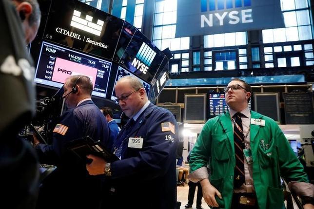 3月24日、翌週の米株式市場では、共和党の医療保険制度改革(オバマケア)代替法案撤回を受けてトランプ大統領の税制改革に焦点がシフトする見通しとなっている。ニューヨーク証券取引所で21日撮影(2017年 ロイター/Lucas Jackson)