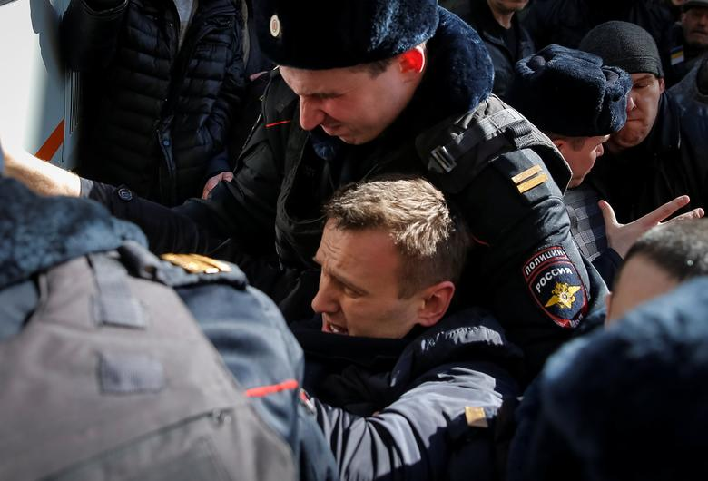 Police officers detain anti-corruption campaigner and opposition figure Alexei Navalny during a rally in Moscow.  REUTERS/Maxim Shemetov