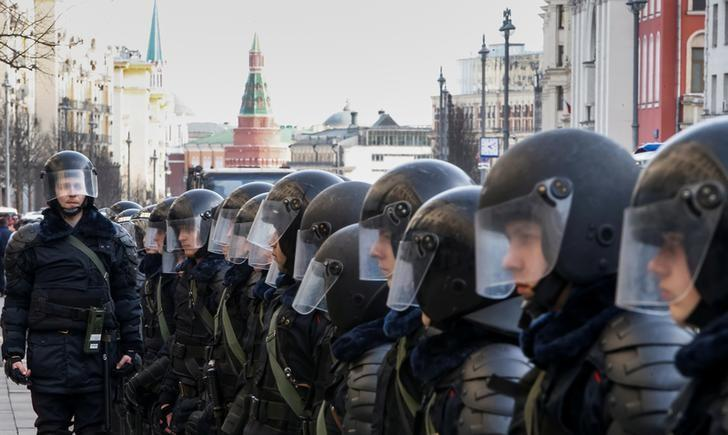 Law enforcement officers line up along a street as they block a rally in Moscow, Russia, March 26, 2017. REUTERS/Sergei Karpukhin