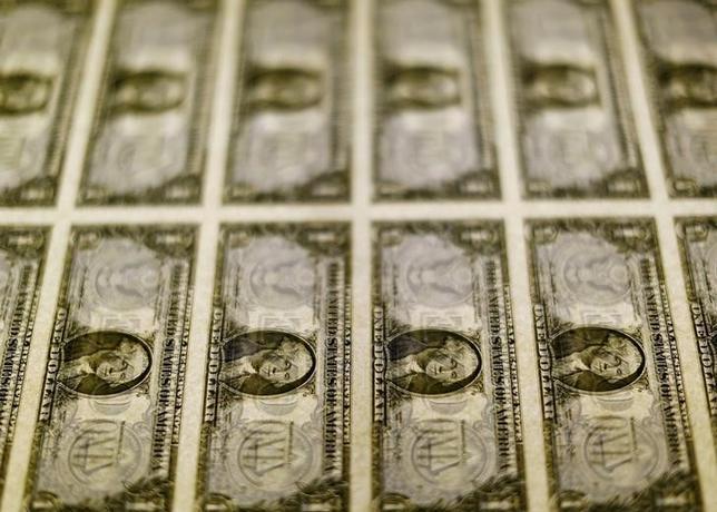 3月27日、終盤のニューヨーク外為市場ではドルが下げ幅を縮小した。トランプ米大統領の政策運営に対する不安感がくすぶっており、朝方には主要通貨に対してドル安が進む場面があった。米財務省造幣局で2014年11月撮影(2017年 ロイター/Gary Cameron/File Photo)