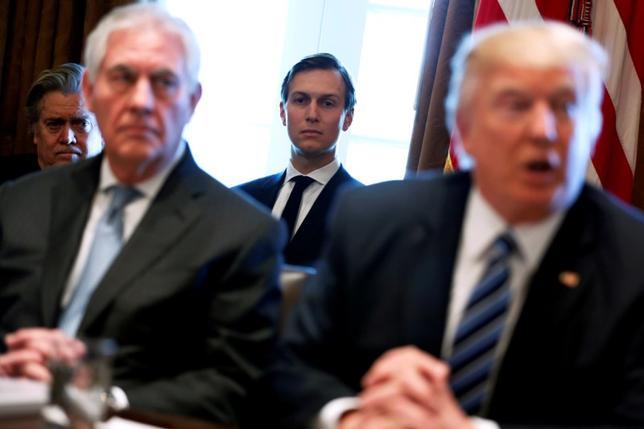 3月27日、ロシアのクリミア侵攻を受け欧米による制裁下にあるロシア開発対外経済銀行(VEB)は、同行幹部が昨年12月、トランプ大統領娘婿のクシュナー氏(中央)と会っていたと明らかにした。米ホワイトハウスで、大統領、ティラーソン国務長官らと。13日撮影(2017年 ロイター/Jonathan Ernst)