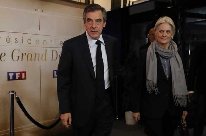 Francois Fillon, former French prime minister, member of The Republicans political party and 2017 presidential election candidate of the French centre-right, and his wife Penelope arrive for a debate organised by French private TV channel TF1 in Aubervilliers, outside Paris, France, March 20, 2017. REUTERS/Patrick Kovarik/Pool