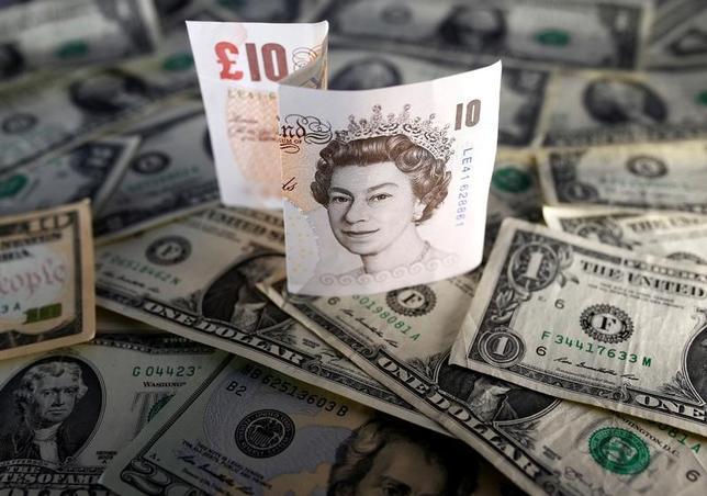 3月29日、英国のメイ首相が欧州連合(EU)離脱を正式に通知したことを受けてポンドがドルやユーロに対して上昇した(2017年 ロイター/Dado Ruvic)
